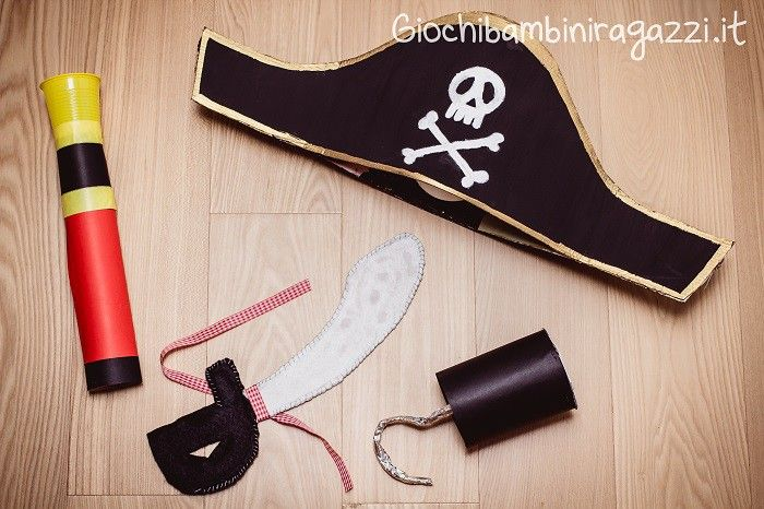 Ecco due video tutorial per realizzare un costume per bambini fai da te da  pirata  dal cappello alla sciabola d96ec63681c7