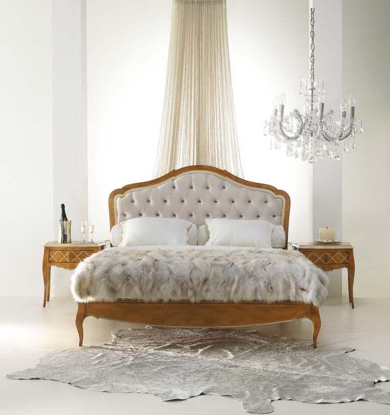 Dormitorio estilo Luis XV compuesto por cama con bancada de madera y ...