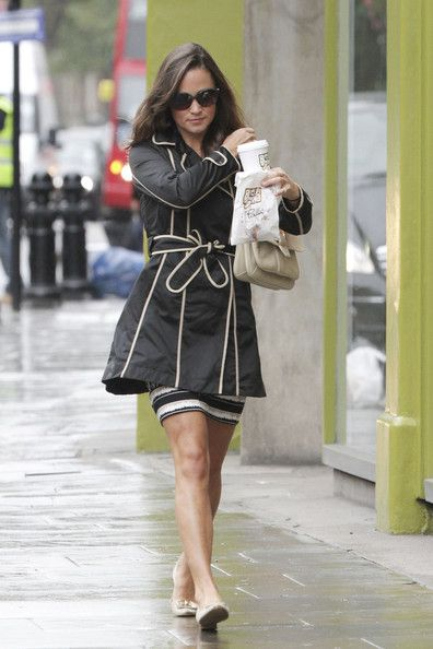 Pippa Middleton Photos - Pippa Middleton defies the rainy weather as she grabs a coffee and snack on the King's Road in London. - Pippa Middleton on the King's Road in London