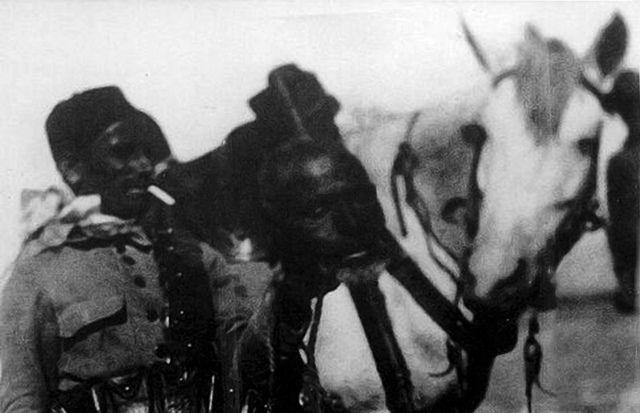 Soldado de los Regulares con cabeza de un marroquí muerto en combate.venganza c.1922