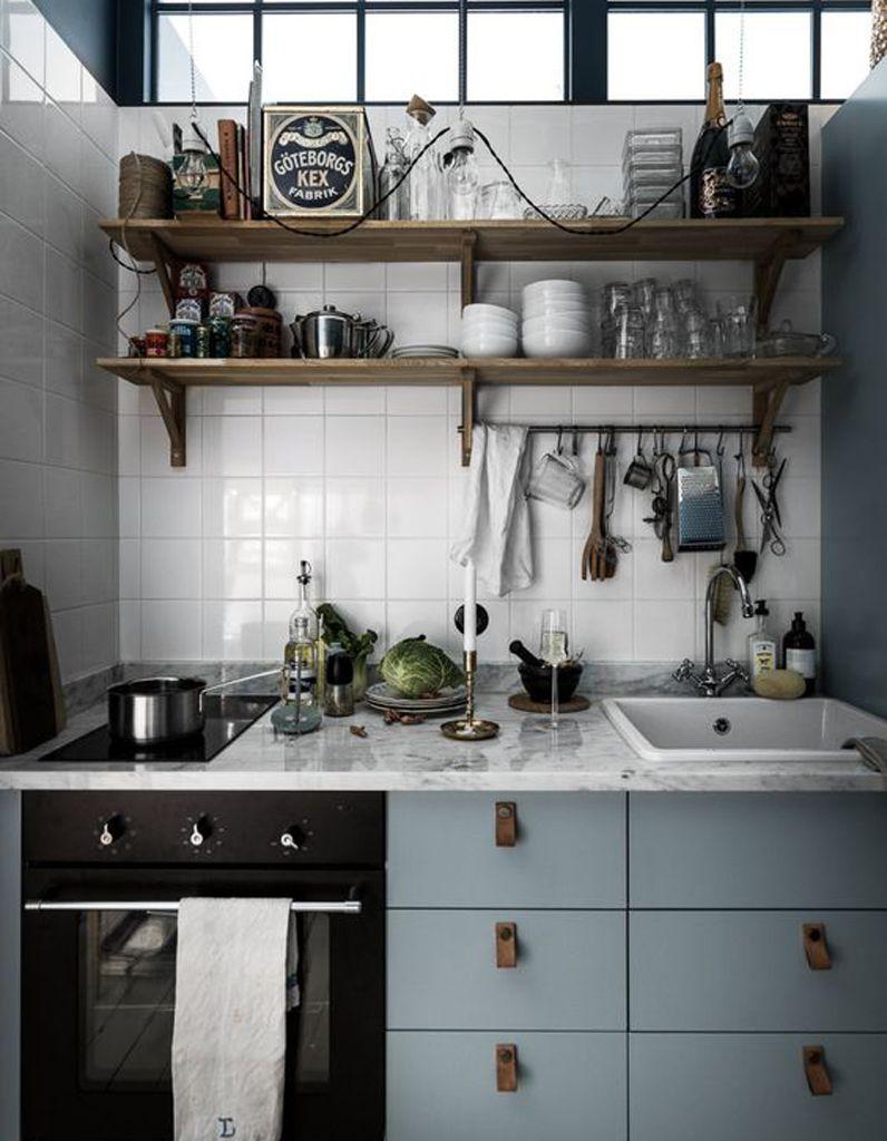 une petite cuisine qui multiplie les rangements au mur | cuisine