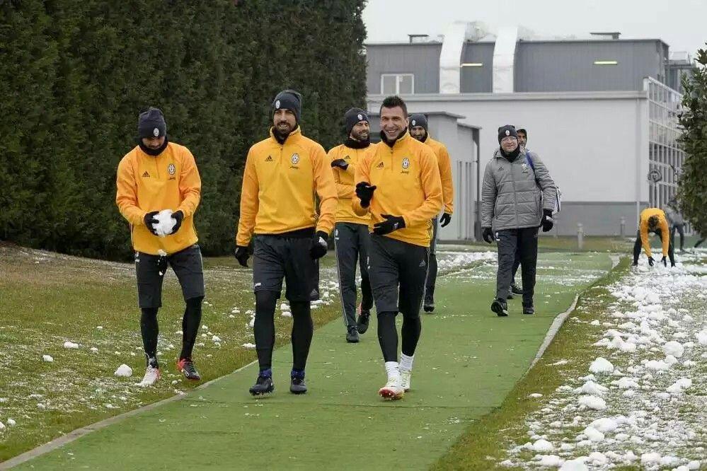 Juve, allenamento sotto la neve #Mandzukic