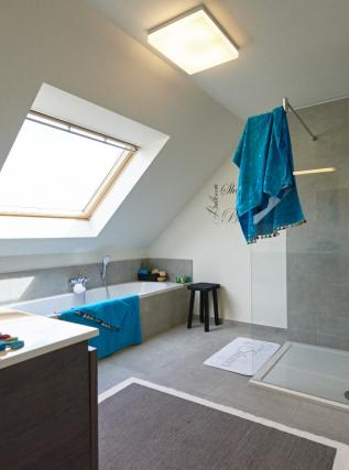 Nieuwbouw • modern • badkamer • dakraam • bad • inloopdouche ...