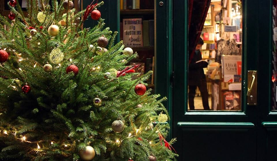 """Beautiful #Christmas decor at the #bookshop """"Shakespeare and Company"""" in #Paris  by Amy from Flowerjugs 