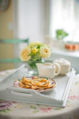 Crêpes finns överallt i Frankrike och fylls med både söta och salta fyllningar. De gräddas tunnare och är större än våra svenska pannkakor med de går bra ...