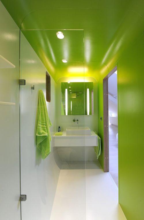 green shower - salle de bain en longueur - vert fluo - bathroom in