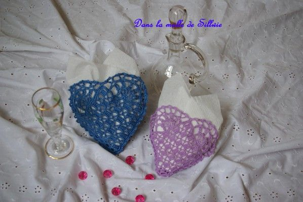 """Bonjour, voici deux dernières petites pochettes en forme de coeur pour ma petite boutique, une bleue, avec du coton n°8, elle est donc plus grosse que les autres et une mauve avec du coton n°20. J'ai également commencé le CAL """"pochette blanche"""" de Hmk..."""