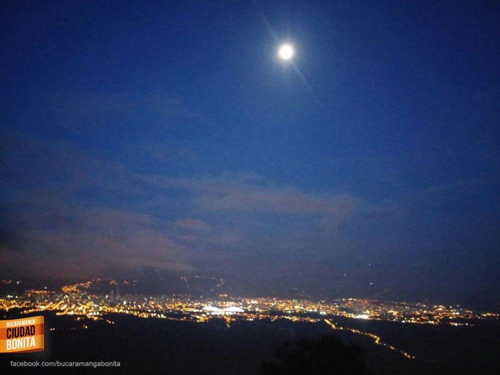 Nos encantan las noches de luna llena en contraste con las luces de mi Bucaramanga del alma... Gracias @ por la foto #nochesBUC