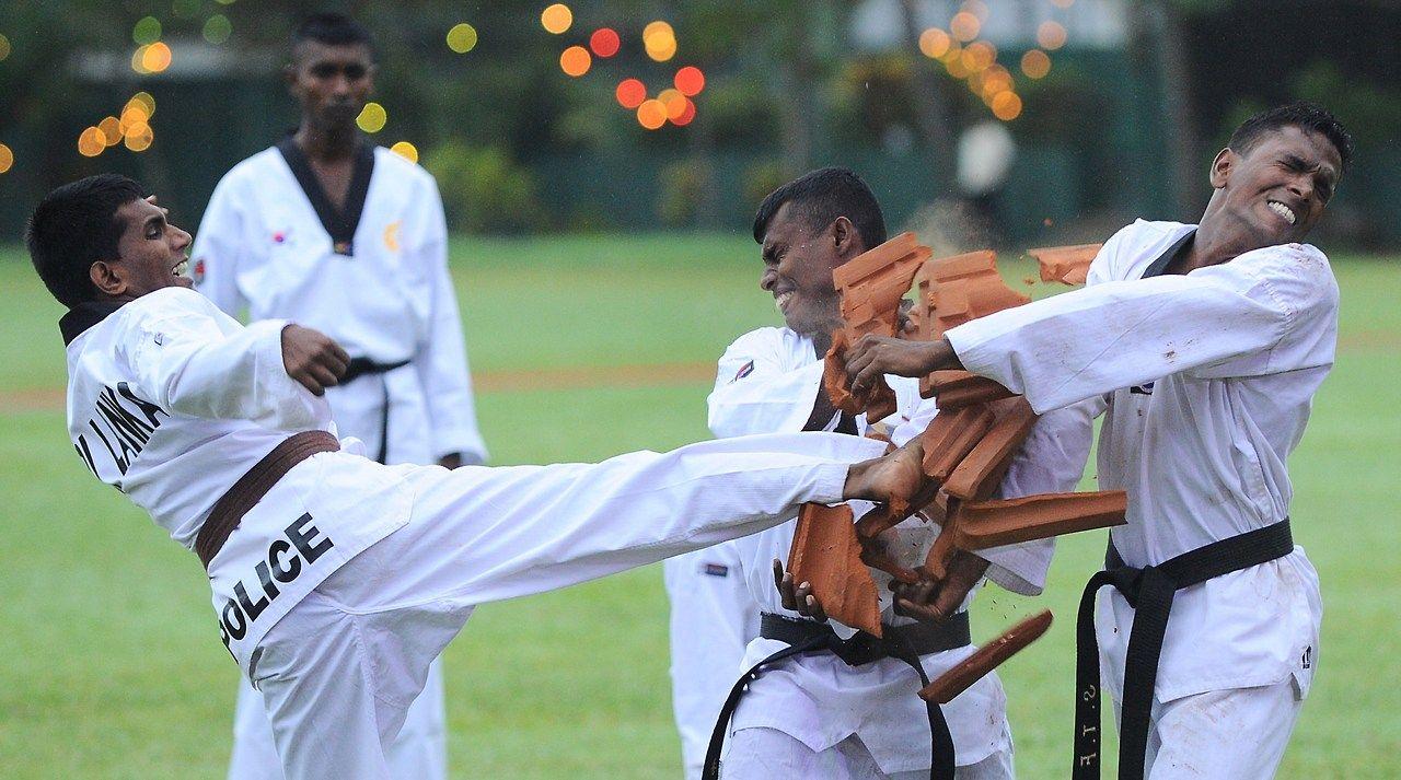 EXHIBICION. Policías de Sri Lanka participan en una exhibición de artes marciales durante una ceremonia para conmemorar el 148o aniversario del departamento de policía de Colombo, el 3 de septiembre de 2014 El departamento de policía de Sri Lanka fue establecido por los gobernantes coloniales británicos en 1866. (AFP / Ishara S. Kodikara)