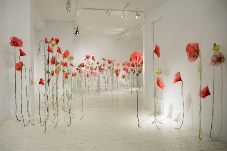SegundoJannick Deslauriers, sua instalação representa o contraste entre a fantasia e o horror, entre a harmonia e o conflito... representa as particular