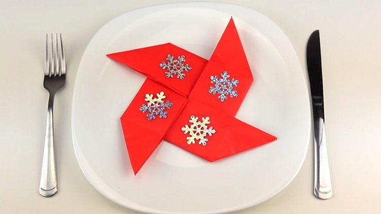pliage serviette nouvel an papier orne elements deco motifs flocon neige