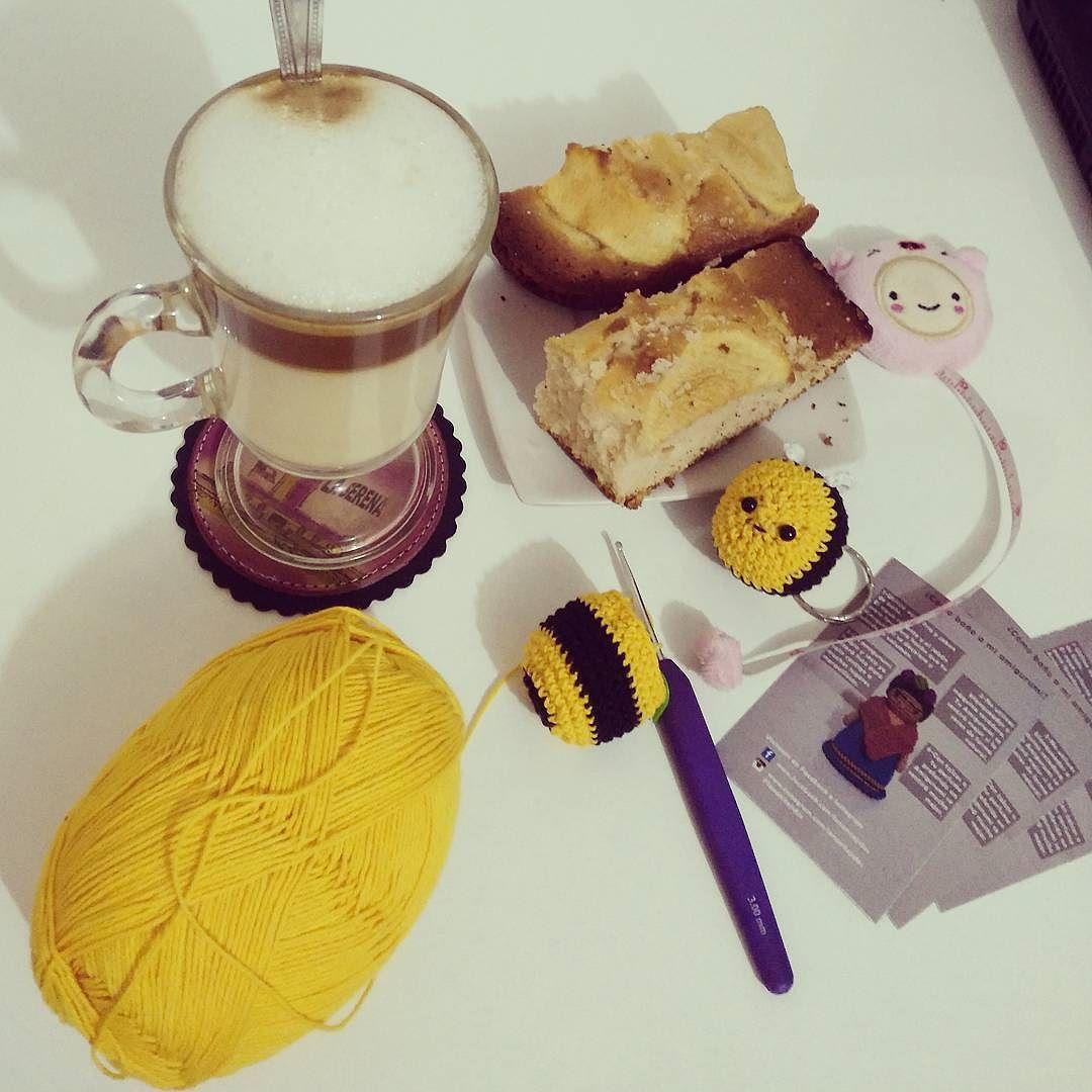 #break La excusa de comer mientras tejes  Cafecito preparado por mi @tito.suarez  #tejiendo #comiendo #kawaiibee #cappuccino #lananitejidos  #miamoredevacaciones  by lananitejidos
