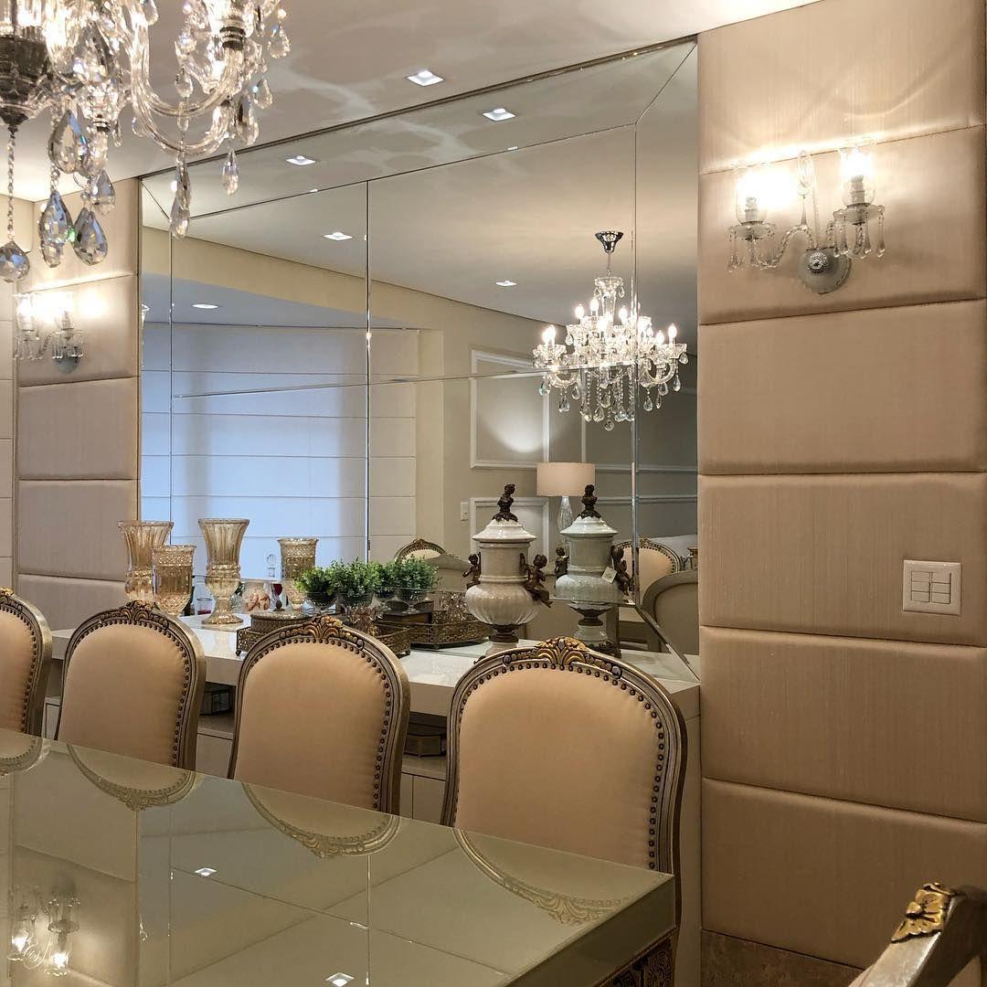 """MarianeBaptistaMarildaBaptista on Instagram: """"Cadeiras clássicas, placas de  seda, espelho, aran…   Arandelas, Decoração de sala de apartamento, Movel  sala de jantar"""