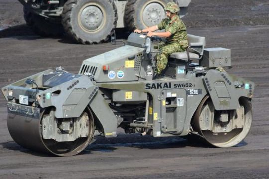 自衛隊員が使っているが、道路舗装工事に使用するマダカムローラーという車両