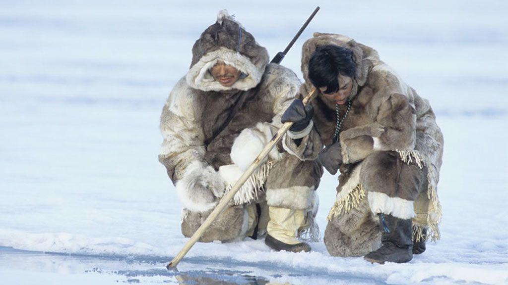 KAYAK ESQUIMAUX HUNTERS CAPTURING POLAR BEAR HUNTING