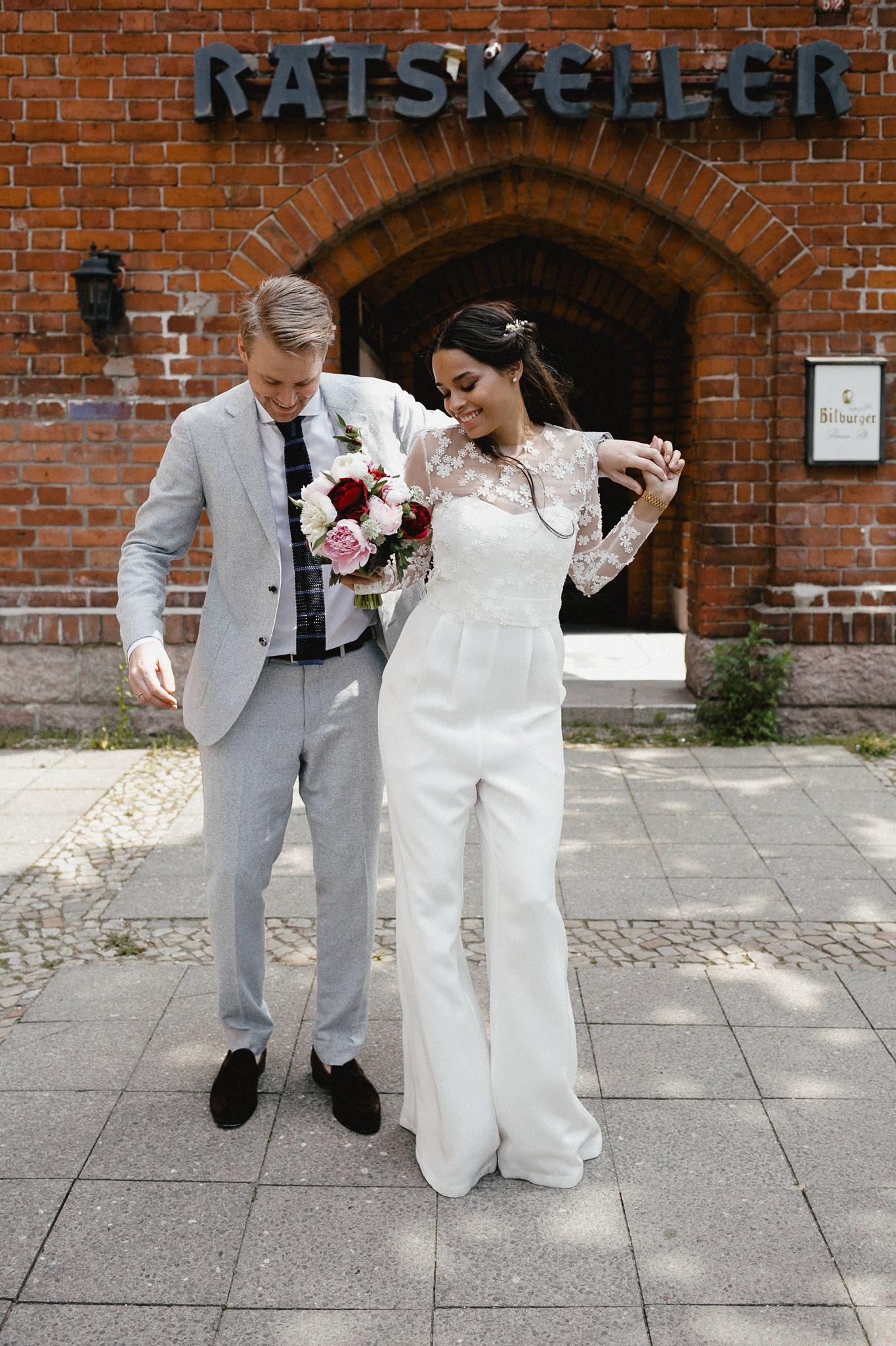 e3fc617345a891 Urbane Hochzeit in Berlin, Standesamt Schmargendorf, modebewusst und  stilvoll mit Hosenanzug von Kaviar Gauche <3 Franzi + Lenz Urban civil  wedding with ...