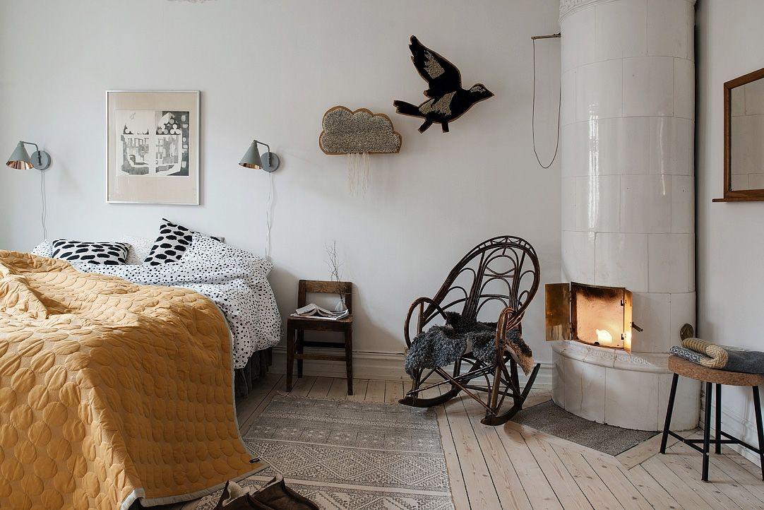 Slaapkamer Scandinavische Stijl : Open haard in de slaapkamer quilt op het bed gezellige