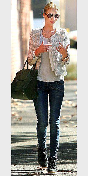 Rosie Huntington-Whiteley ficou glamourosa com este casaquinho de tweed + um jeans skinny + Sneaker...  http://www.facebook.com/mykeepfashion