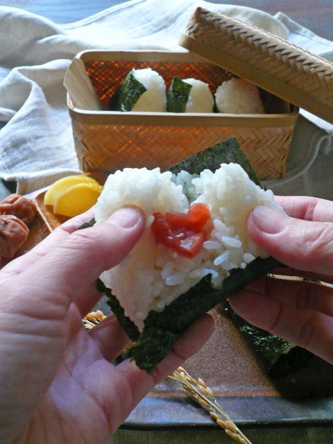 おにぎり、rice ball with pickled plum, Onigiri is Japanese soul food !