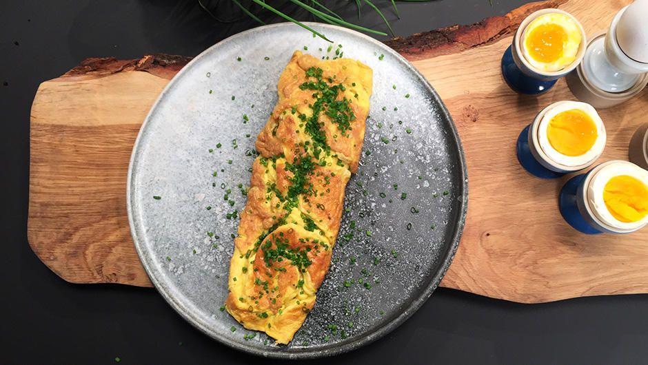 Opskrift på en klassisk omelet af Adam Aamann. I Madmagasinet laver Adam Aamann omelet med purløg. Perfekt til morgenmad, brunch eller frokost.