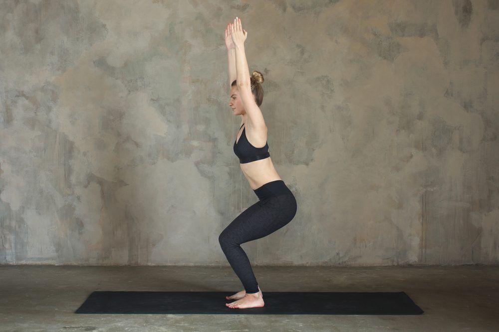 L Exercice De La Chaise Sur Le Mur Yoga Pour Maigrir Pose Yoga Exercice Pour Maigrir