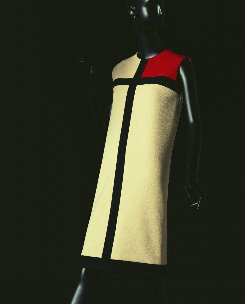 """Vestido de Yves Saint Laurent, inspirado en las pinturas de Piet Mondrian. Otoño/invierno 1965. Ruskin y Morris concebieron a los objetos de uso cotidiano un estilo de formas austeras y sintetizadas debido a su pulcritud rectilinea, llevado a la arquitectura como a las artes aplicadas austriacas conocido como """"estilo joven""""."""