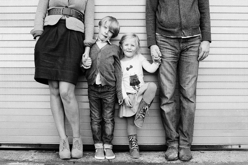 Sacar sólo la cara de los niños dando importancia únicamente a ellos auqnue esté la familia completa