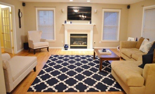 Modernes Wohnzimmer Stilvoll Eingerichtetes Interieur Kamin Bequeme  Polstermöbel Helle Farben Teppich   Gemustert Weiß Blau