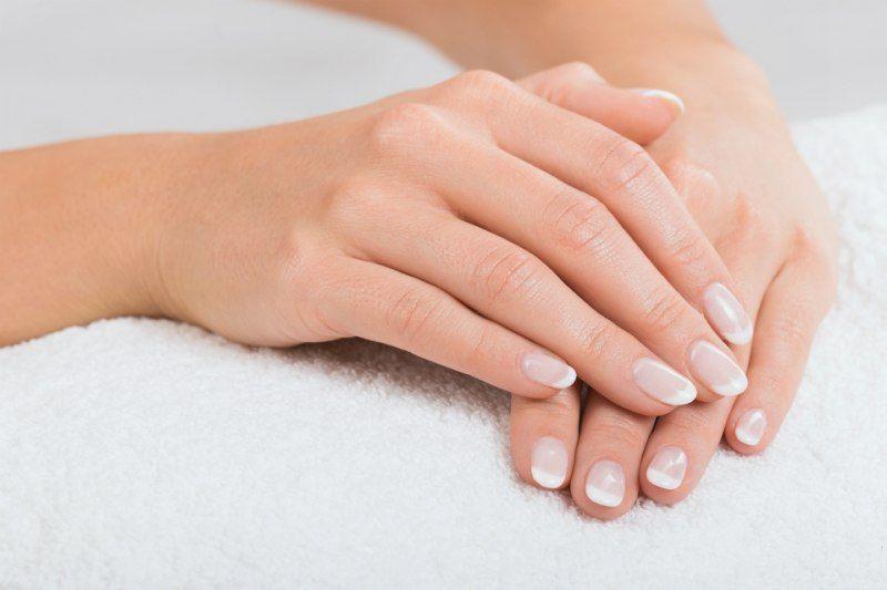 Macchie bianche sulle #unghie: cosa sono e come si curano?