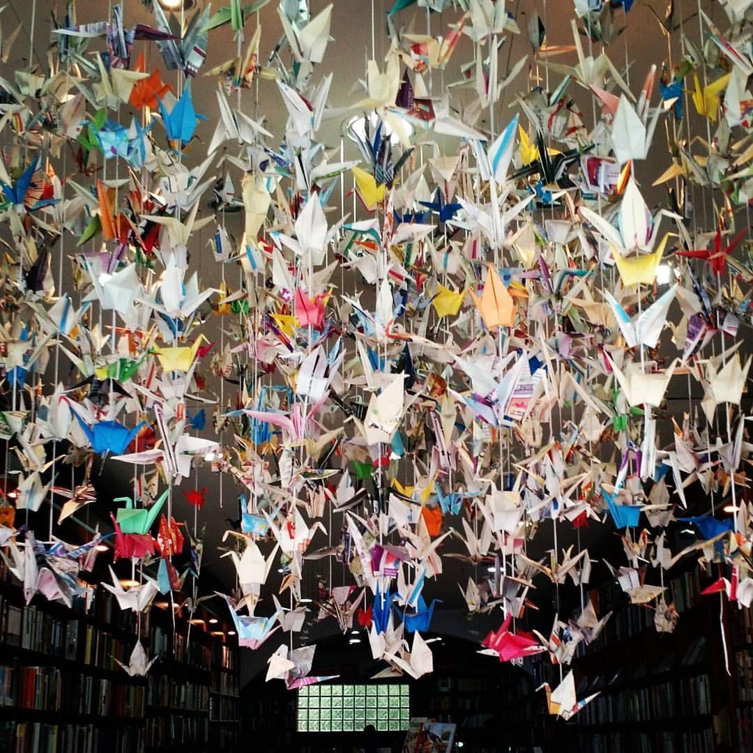"""""""Fui por el mundo buscando la vida: pájaro a pájaro conocí la tierra"""" #birds #pabloneruda #origami #bookstore #beauty #art #paperbird #pajaros #instapic #instaphoto #instashot #instamood #libreria #elaleph #arte #installation #colorful #colorido..."""