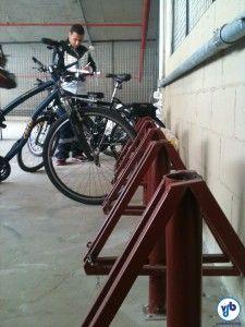 O bicicletário dispõe de suportes para prender pela roda, um ponto negativo. Ao fundo, um funcionário do shopping anota os dados dos ciclistas, garantindo segurança na retirada - um ponto bastante positivo. Foto: Rachel Schein