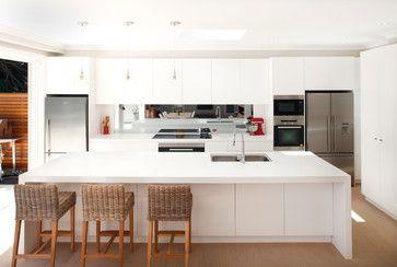 Keuken met kookeiland en spiegelachterwand.