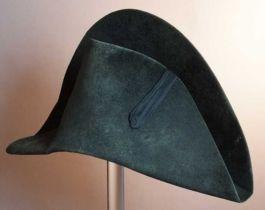 1800-1810. Zwart vilten tweekantige steek, bicorne, met zwart lint voor
