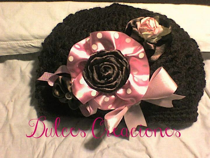 Gorro a crochet  cafe detalles en listones rosas y cafes