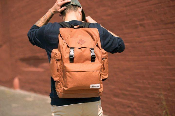 Gata sa explorezi orasul in compania perfecta.  #eastpak #orange #backpack