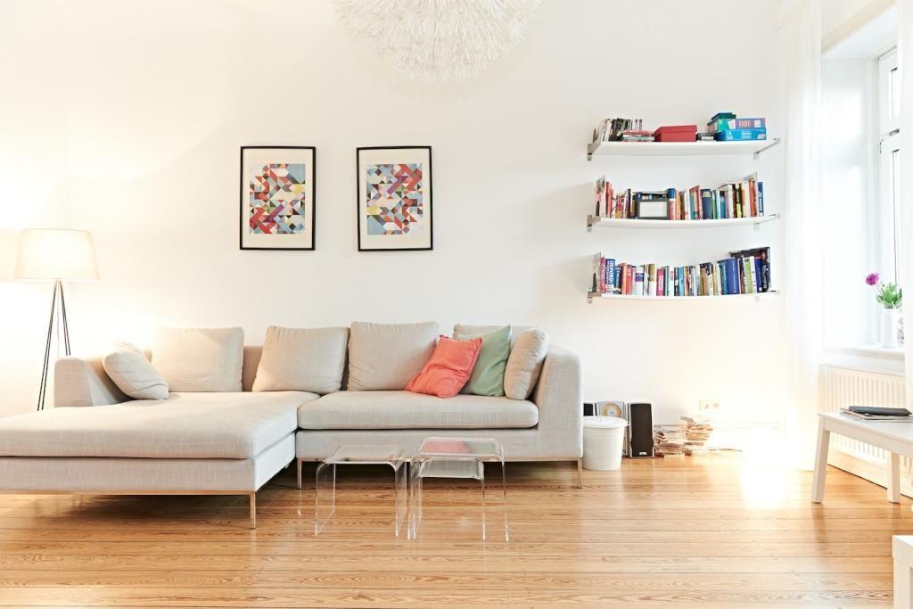 Schönes, helles Wohnzimmer mit Bücherboard, Eckcouch und farbigen Kissen. #Parkettboden #Wohnzimmer #livingroom