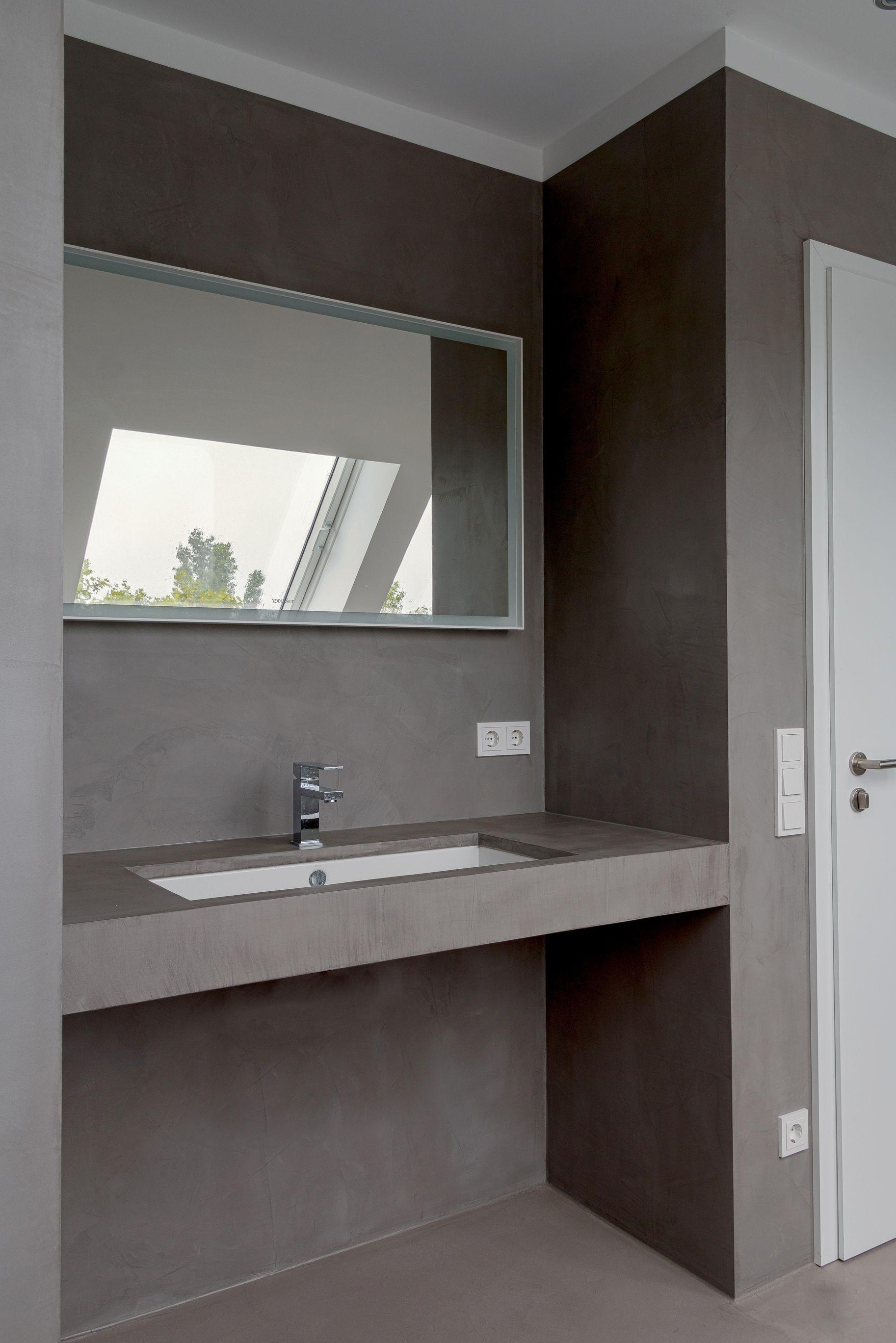 Ba o revestido con microcemento con suelo color acero y for Pared de bano de concreto encerado