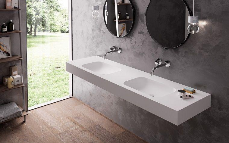 Interni case moderne sala da bagno arredata con un mobile di
