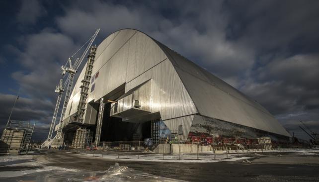 CHERNOBYL. La cúpula que se está instalando sobre la central (AP).