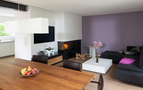 das mini wohnzimmer mit kamin und tv ist kuschelig lockt nach dem essen aufs sofa f r einen. Black Bedroom Furniture Sets. Home Design Ideas