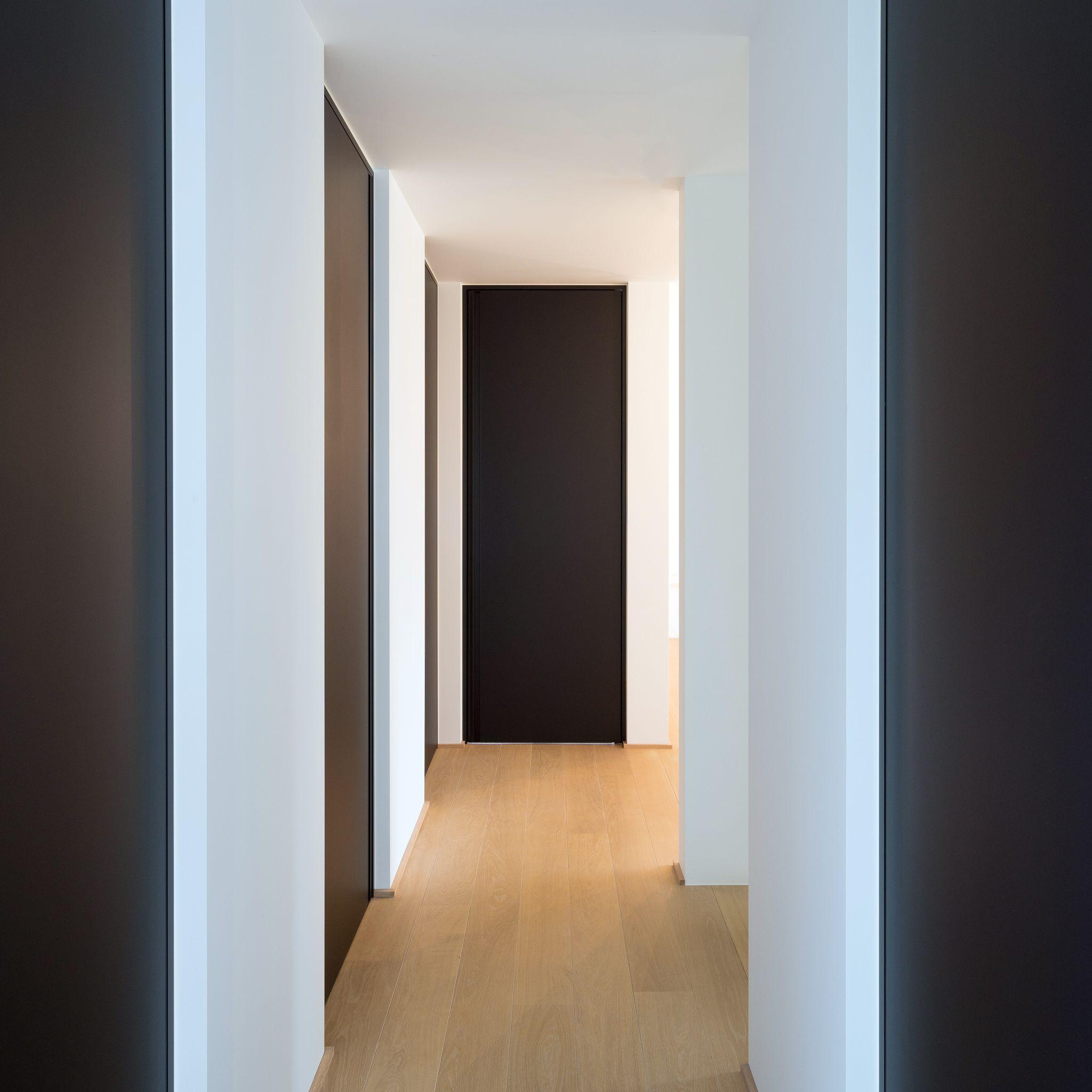nachthal met zwarte deuren van vloer tot plafond met ingebouwde