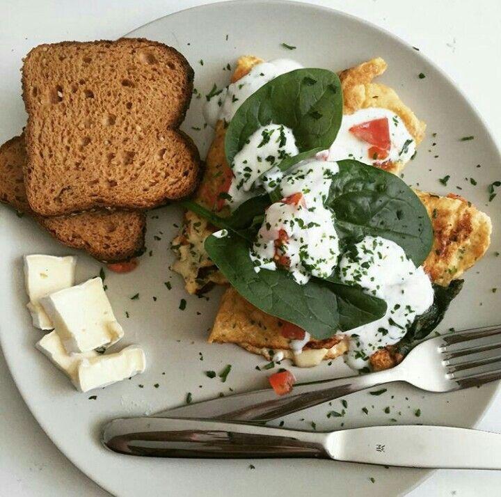 Frühstück: Omlette gefüllt mit Tomaten, Schinken und Mozarella.  Spinat, Jogurt (mit Salz und Pfeffer abgeschmeckt), Tomaten und Petersilie darüber streuen. Yummy