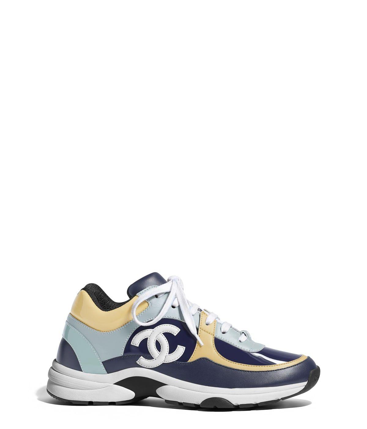53b936595972 Chaussures CHANEL Mode de la collection  collectionName    Tennis, veau    veau verni, bleu marine, gris clair, jaune clair, blanc   bleu clair sur le  site ...