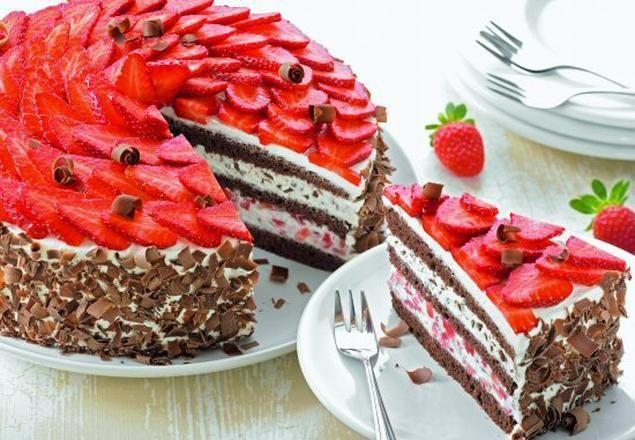 Erdbeertorte Schwarzwälder Erdbeertorte - Eine dekorative Sahne-Torte mit frischen Erdbeeren für den SommerSchwarzwälder Erdbeertorte - Eine dekorative Sahne-Torte mit frischen Erdbeeren für den Sommer