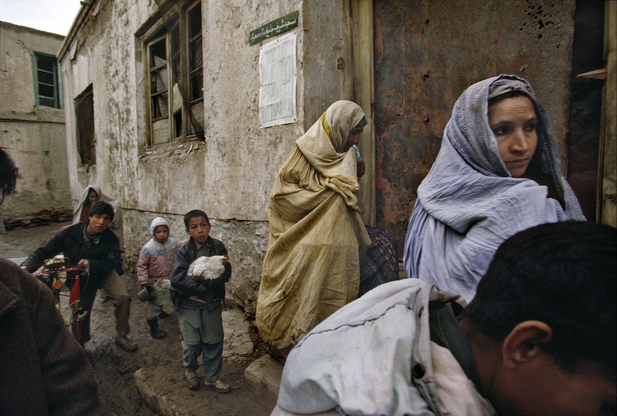 A Kabul family flees its home during factional fighting between President Rabbani's government forces and opposition Hezb-i-Islami and Hezb-...