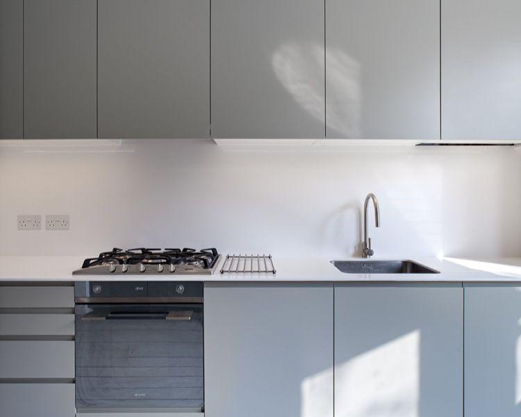 grifflose Küche Unterschränke gefrästes Griffprofil Tip-On