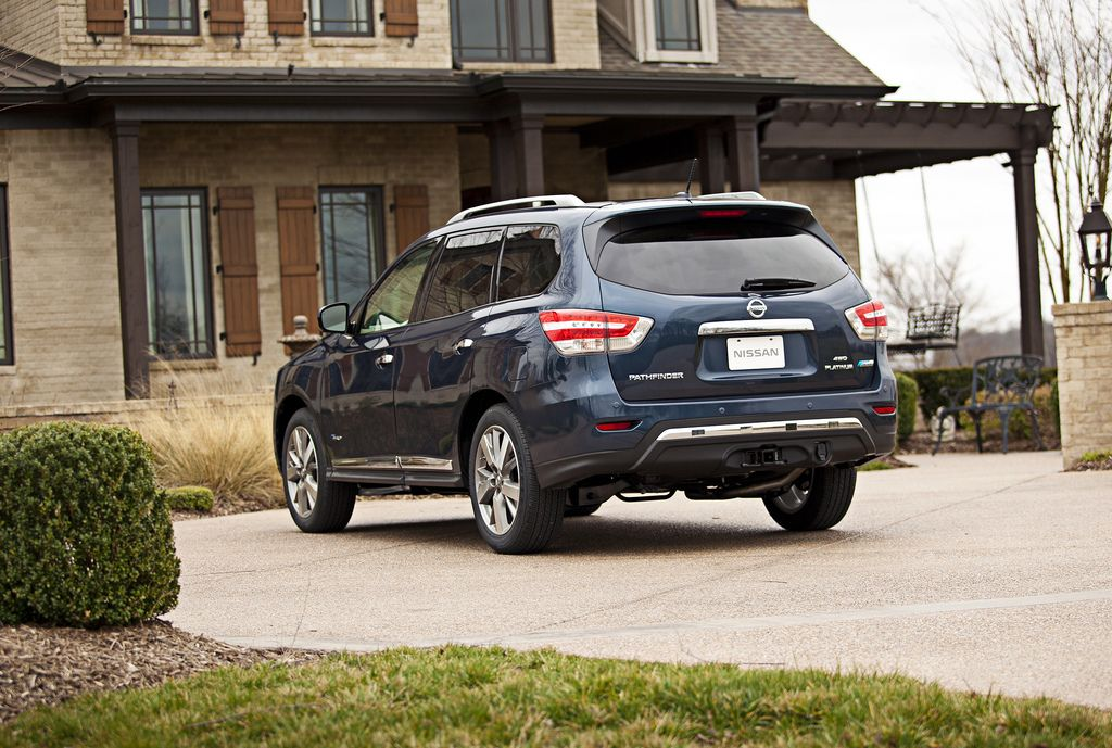 2014 Nissan Pathfinder Hybrid Offers 26 MPG Combined Fuel Economy