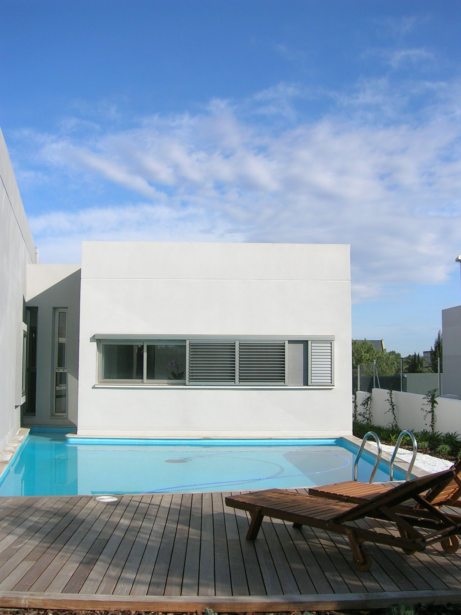 Suelo exterior piscina cheap tarima de madera with suelo for Piscinas de goma