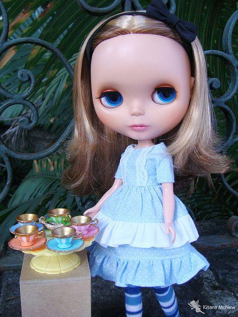 Alice encontra a mesa do Chapeleiro Maluco by ♥ Kitana, via Flickr