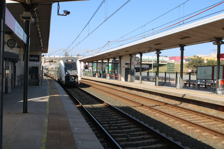 circulación de un tren de Media Distancia por el apeadero de Cortadura rumbo a Sevilla